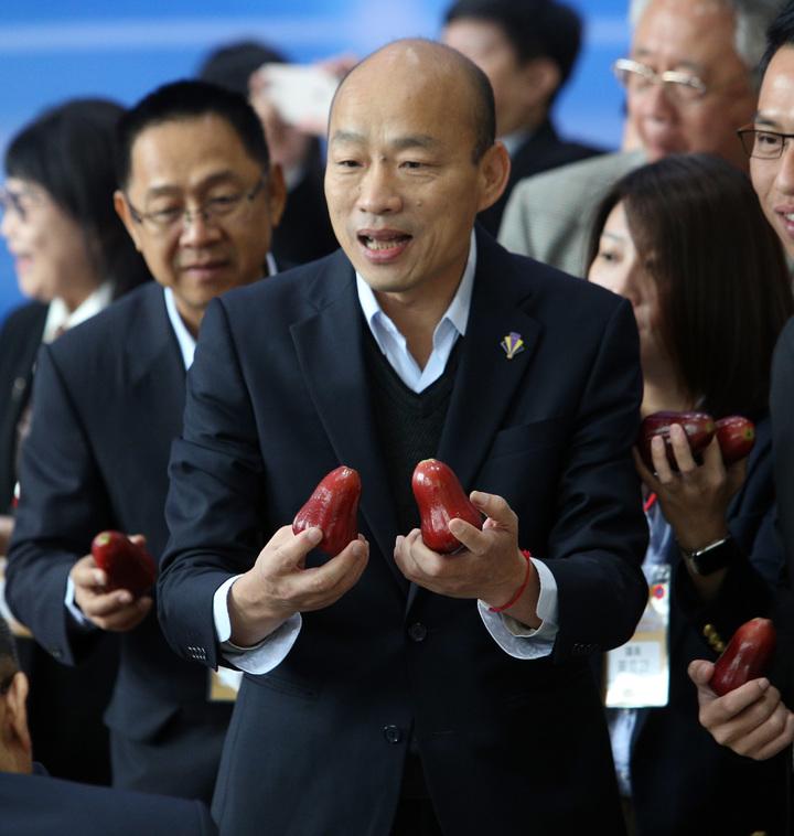 高雄市長韓國瑜今天與深圳海吉星農產再簽10億農產品外銷,他也談到下午與國台辦主任劉結一見面,希望以多交朋友心態看待。記者劉學聖/攝影