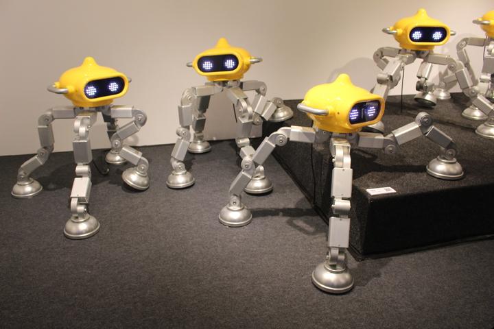 新竹市美術館即日起至6月16日有逾百隻的機器人家族集體寄宿美術館,這些機器人都是藝術家暨策展人Akibo李明道的作品。記者張雅婷/攝影