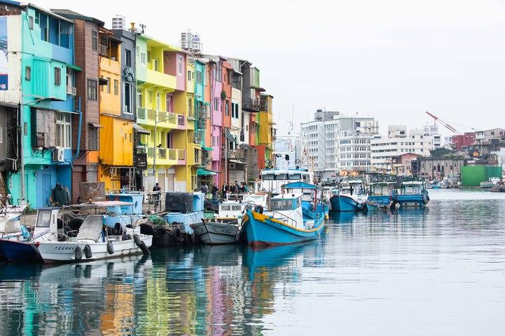 基隆市政府推動正濱懷舊碼頭色彩塗布計畫,今天最後一刷,讓這裡搖身一變成了台版威尼斯。圖/基隆市政府提供