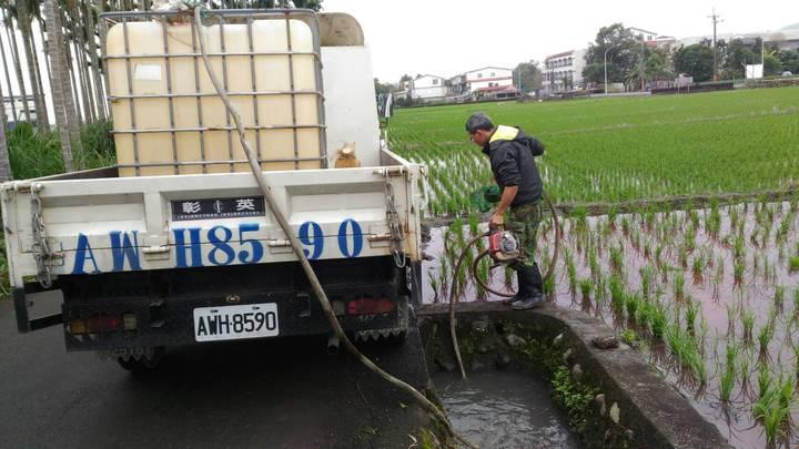 吳姓民眾在受物染的農田邊,將抽取污水回收。圖/宜蘭縣環保局提供
