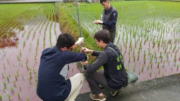 環保局人員進行土壤採樣。圖/宜蘭縣環保局提供