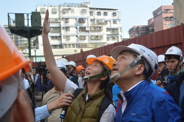 住戶林昀均向新北市長侯友宜說明西雲路海砂屋情況,表示去年差點就被崩落的建物砸中。記者施鴻基/攝影