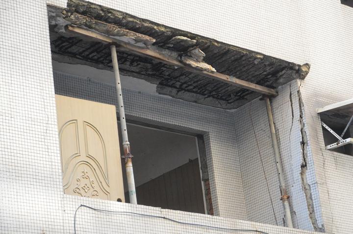 五股西雲路許多住家連陽台都崩落,勉強支撐也沒什麼效果。記者施鴻基/攝影