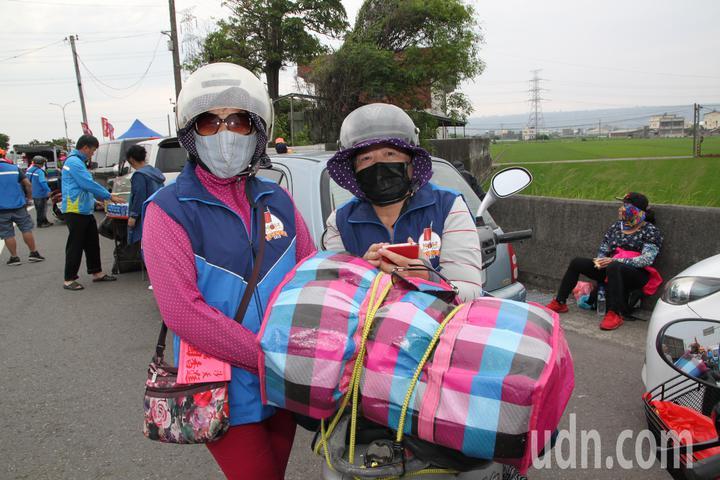 林家姊妹騎著機車隨香,起居家當都在機車上。記者黃寅/攝影