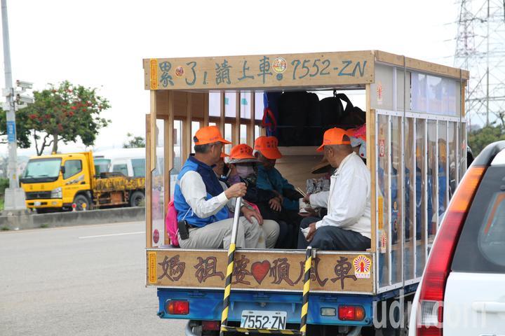 走累了嗎,有小貨車改裝而成的「媽祖婆順風車」讓走累的老人家可以上車稍微歇一下腳。記者黃寅/攝影
