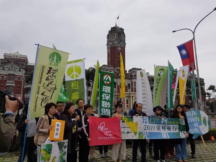 「全國廢核行動平台」4月27日舉行廢核大遊行,呼籲政府勿重蹈去年消極應對公投覆轍,積極發揮政策執行力,讓民眾對廢核政策沒有疑慮,並推動再生能源作為替代。記者/林麗玉攝影