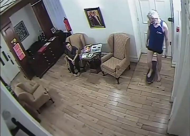 「維基解密」澳洲籍創辦人亞桑傑,藏身厄瓜多使館7年,使館內生活畫面曝光。圖片擷取YouTube/EL PAIS影片
