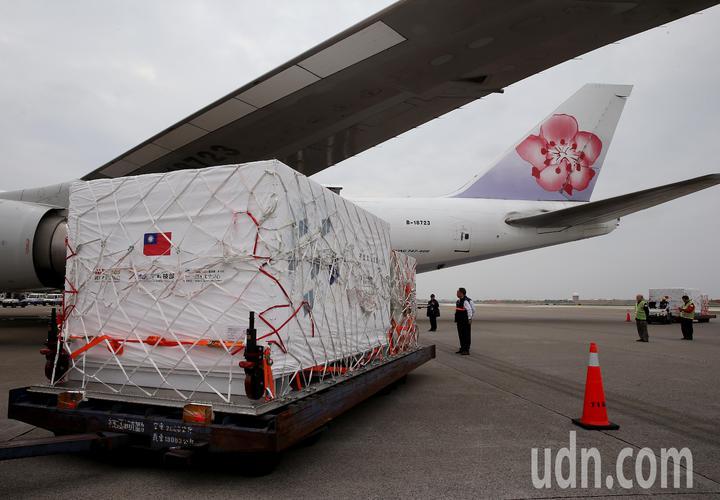 裝著福衛7號衛星的專用貨櫃,15日中午拖到桃園機場貨機坪,準備裝載進入中華航空公司貨機機艙。記者陳嘉寧/攝影
