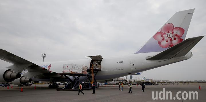裝著福衛7號衛星的專用貨櫃,15日中午由桃園航勤的地勤人員裝載進入中華航空公司貨機機艙。記者陳嘉寧/攝影