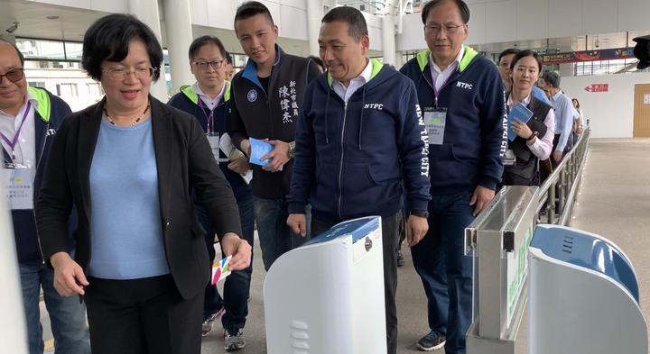 王惠美今天率縣府團隊北上到淡水乘坐淡海輕軌,體驗刷卡進站。記者張曼蘋/攝影