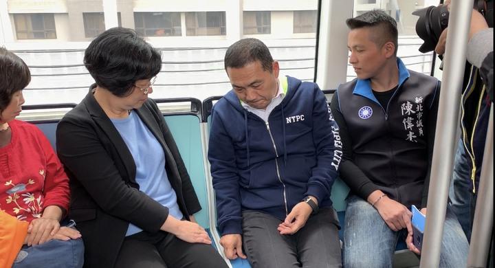 王惠美與侯友宜等人一起從紅樹林站搭乘到淡水行政中心站,過程中摸了輕軌列車的座椅「人工皮」,點點頭看起來相當滿意。記者張曼蘋/攝影