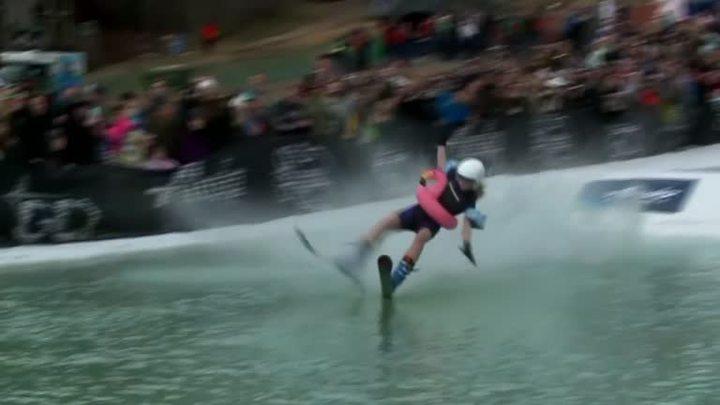 美國阿拉斯加戈德伍德,13日舉行第42屆「雪泥杯」(Slush Cup),挑戰者不但得會滑雪,還得要能滑過27公尺長水池,看起來簡單做起來難,許多參賽者都慘跌水中,畫面格外爆笑有趣。路透社