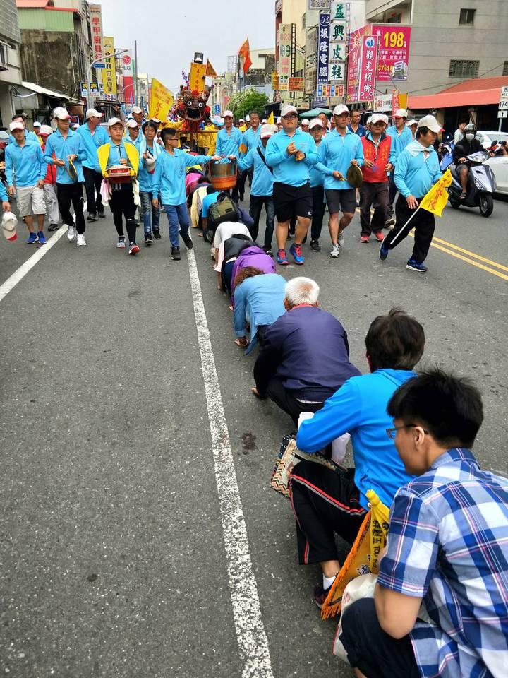 上白礁遶境蜈蚣陣,信徒搶先在前排隊讓陣頭越過,祈求平安。記者周宗禎/攝影