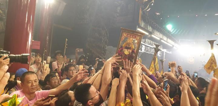 大甲媽祖今天凌晨回鑾安座,信徒爭相扶媽祖神像。記者游振昇/攝影