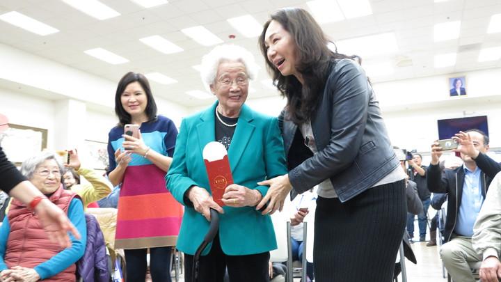 現場年紀最長的是99歲老奶奶陳萬桂華,她雀躍地從李佳芬手中收下小紅包祝福。記者王慧瑛/攝影