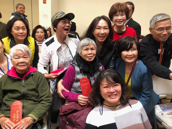 高雄市長韓國瑜的妻子李佳芬美西時間16日上午造訪舊金山一處華僑文教中心,與銀髮僑胞話家常,主辦單位準備印有「高雄發大財」字樣的小紅包。記者王慧瑛/攝影
