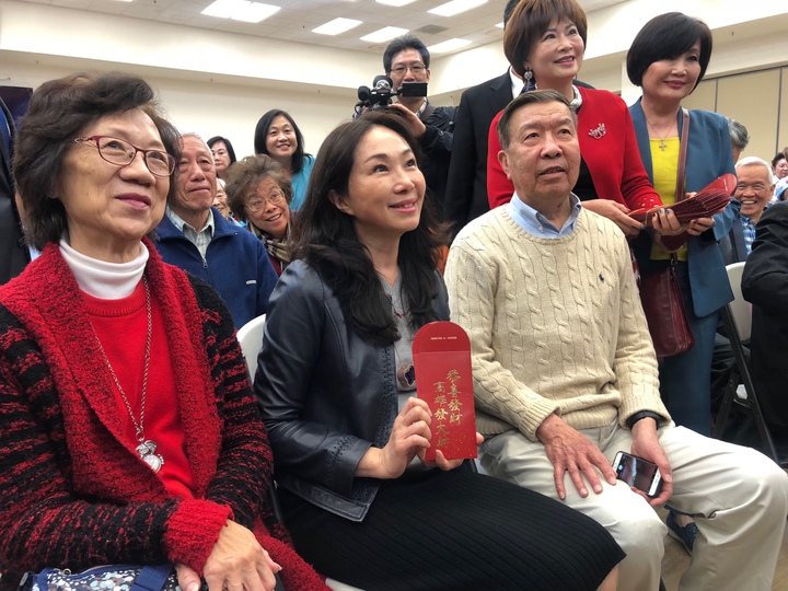 李佳芬造訪舊金山一處華僑文教中心,與銀髮僑胞話家常,主辦單位準備印有「高雄發大財」字樣的小紅包。記者王慧瑛/攝影