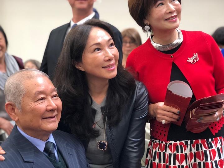 李佳芬造訪舊金山一處華僑文教中心,與銀髮僑胞話家常。記者王慧瑛/攝影