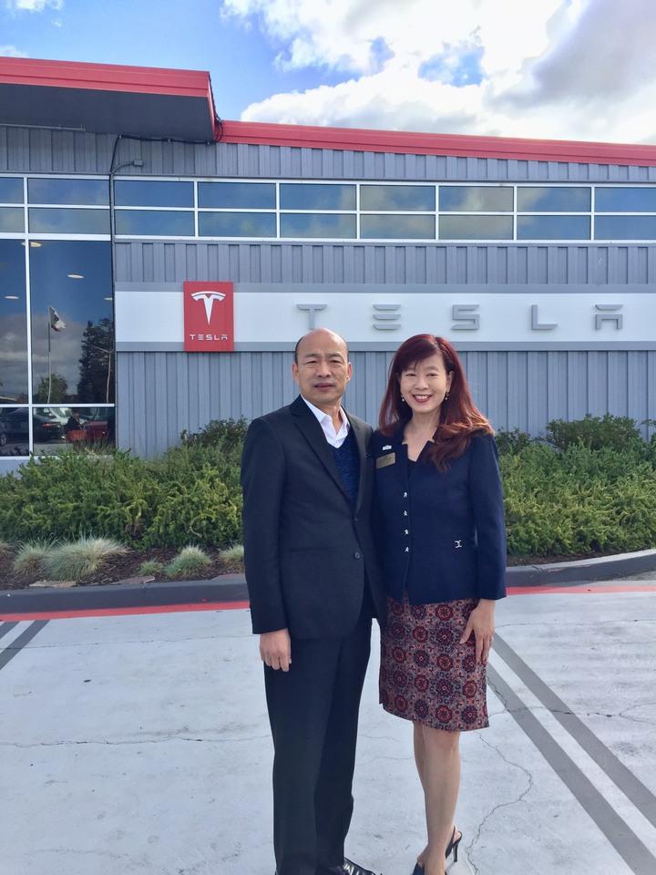 韓國瑜參訪特斯拉(Tesla)時,當地Fremont佛蒙利市的市長Lily Mei(高敘加)也現身,她的父母都是台灣人。圖/高雄市政府提供