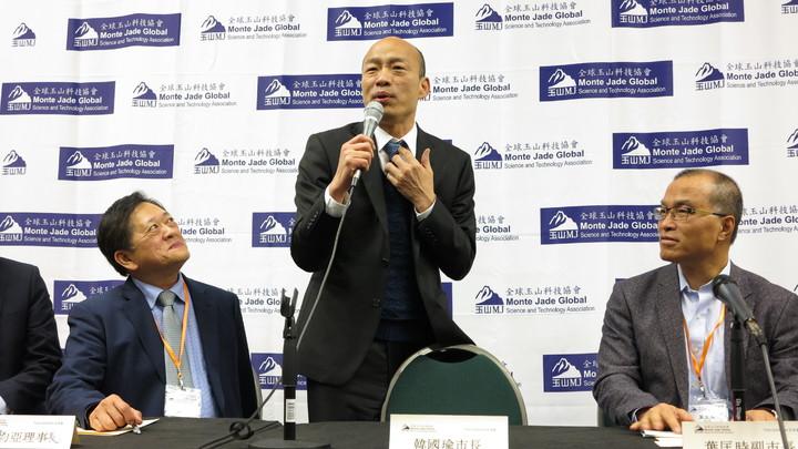 高雄市長韓國瑜訪美9天行程接近尾聲,美西時間16日下午與媒體座談時,韓談到,台灣今天的條件錢比不上人家,比拳頭也比不過人家,最美好的資源就是民主。記者王慧瑛/攝影