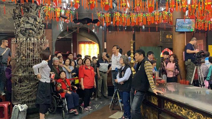 慈惠宮一早擠滿民眾與媒體,廟方人員還出動紅龍圍場。記者張曼蘋/攝影