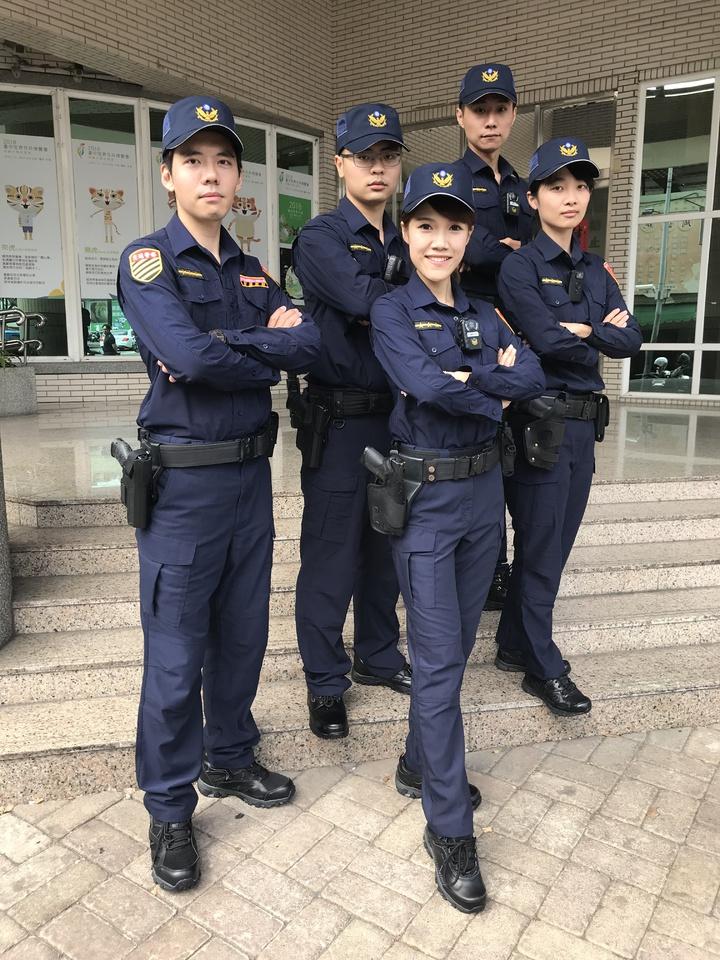 全台警察新式制服明天登場,員警讚新制服延展性高、收納袋多,相當舒適。記者林佩均/攝影
