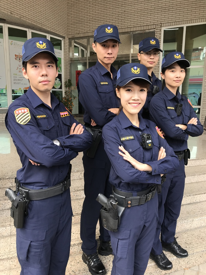 全台警察新式制服明天登場,民眾可從臂章輕鬆辨識交通警察(左一)與行政警察。記者林佩均/攝影