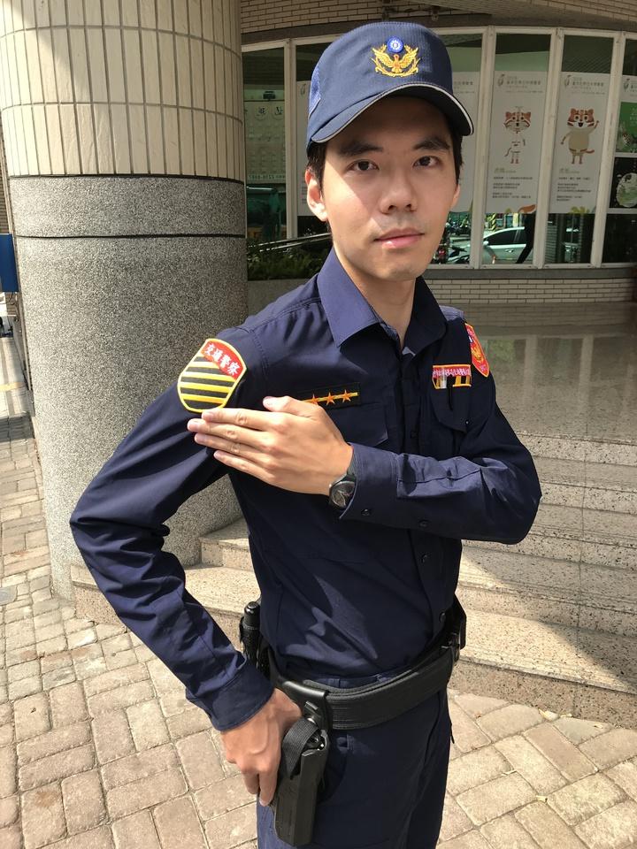全台警察新式制服明天登場,民眾可從右臂的交通章輕鬆辨識出交通警察。記者林佩均/攝影