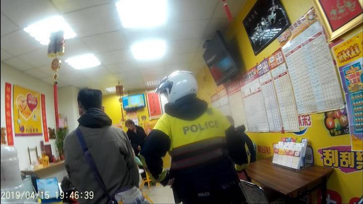 警方在彩券行查獲毒品。記者蕭雅娟/翻攝