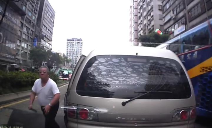 廂型車駕駛氣沖沖持棍棒敲打林男車輛左車門。記者蔡翼謙/翻攝