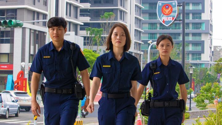 永康分局拍攝新制服宣導影片,讓民眾熟悉員警明天換裝。圖/永康分局提供