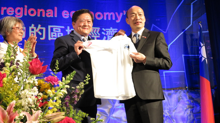 高雄市長韓國瑜訪美行壓軸是在舊金山一場3000人演講,主辦單位送韓一件T恤留念。記者王慧瑛/攝影