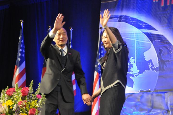 高雄市長韓國瑜訪美行壓軸是在舊金山一場3000人演講,韓妻李佳芬也受邀上台說話致詞,兩人手牽手一同下舞台。記者李榮/攝影