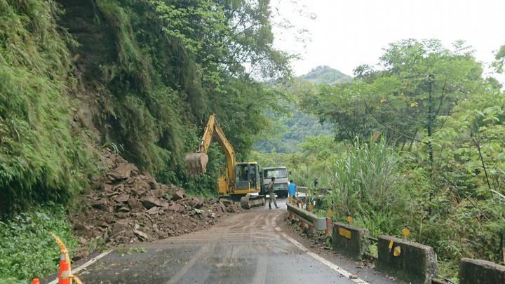 新竹縣通往竹東鎮與五峰鄉的主要道路竹122線「南清公路」約38公里處今天一早出現樹倒塌、邊坡坍方情形,目前正在搶通中,僅開放單邊通行。圖/竹東分局提供