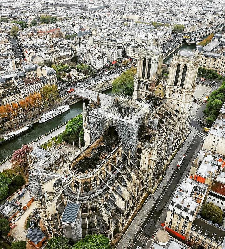法國世界遺產巴黎聖母院(Notre-Dame de Paris)慘遭祝融肆虐,大火撲滅後,更多內部畫面曝光,聖母院代理主教馬塞特(Philippe Marsset)形容,聖母院內宛如成了地獄。專家則開始評估損失,清點院內珍藏的藝術品、雕像以及宗教文物。圖片翻攝《每日郵報》