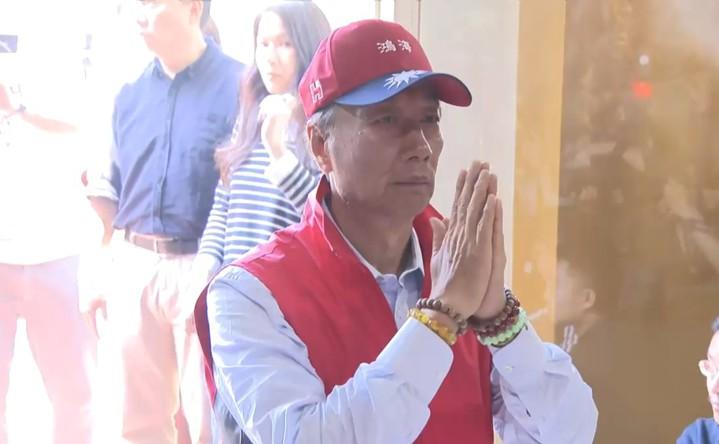 鴻海董事長郭台銘上午到淡水武聖宮參拜。記者任忠泰/攝影