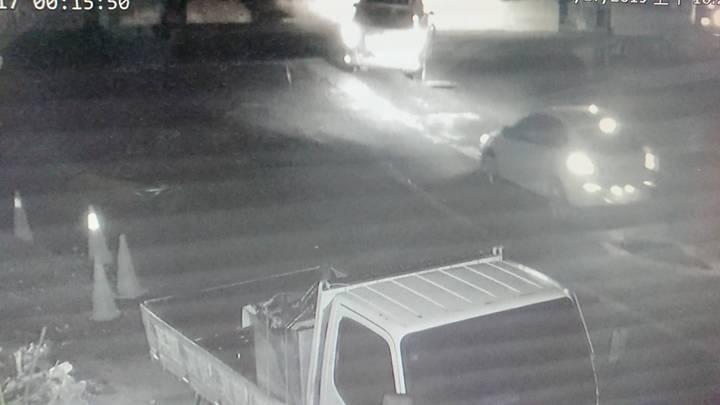 警方調閱監視器發現有3輛車凌晨進入漁港。 記者卜敏正/攝影