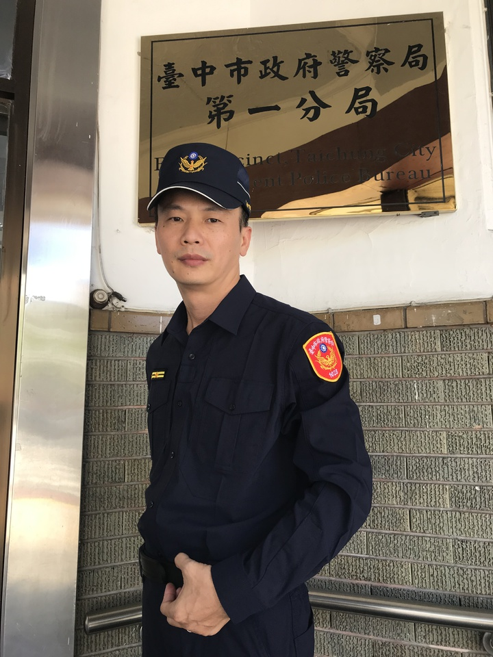 「警界韓國瑜」台中市警局第一分局民權所所長洪世景身穿藏青色新式制服,粉墨登場,脫下帽後的「太陽標記」更是神似,連民眾也稱呼「韓所長好」、「太陽所長好」。記者林佩均/攝影