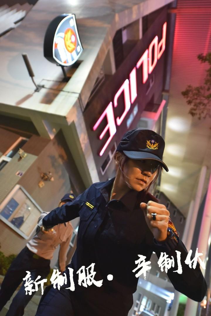 全台員警引頸期待換裝新式制服,台中市警局各分局發揮巧思,第五警分局由女警身穿新、舊制服,以「接力棒」交接概念,作為新制服傳承象徵。圖/台中市警察局第五分局提供