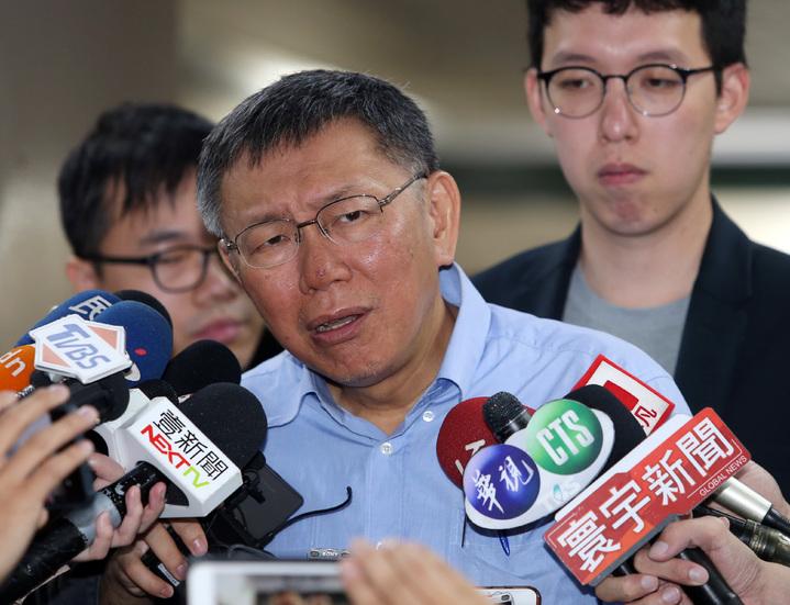 各界高度關注鴻海董事長郭台銘選不選總統,台北市長柯文哲17日受訪時表示,兩岸關係比經營企業難。記者曾吉松/攝影