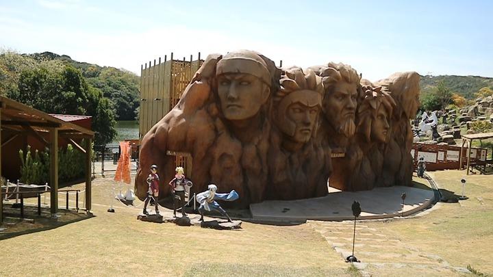 進入園區就能看到刻有木葉村歷代村長模樣的巨大火影岩。記者蔡佩芳/攝影