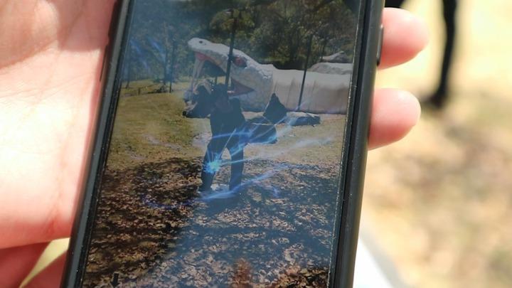 園區內導入AR技術,在指定位置掃描QR CODE,擺出火影忍者裡的經典動作拍照,就能出現忍術特效。記者蔡佩芳/攝影
