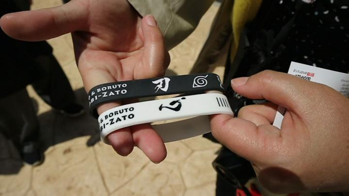 每完成一卷闖關任務,便能拿到一條手環紀念品,兩條手環一黑一白,分別寫有「刃」、「心」,合在一起就是忍。記者蔡佩芳/攝影