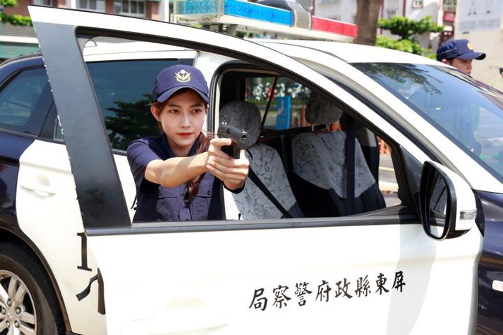 明天上午8點首班勤務起,全國員警將換上「藏青色專業戰術型」新制服,屏東警分局今天上午搶先在分局大門前亮相。記者江國豪/翻攝