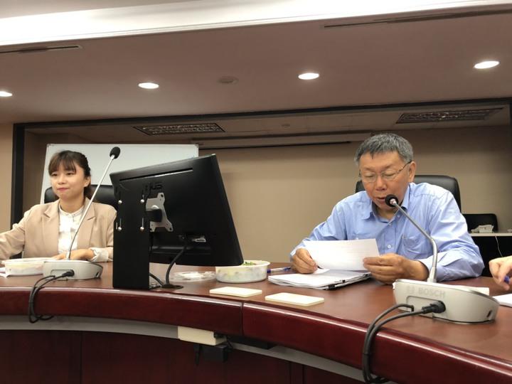 台北市長柯文哲中午前往市議會拜會時代力量黨團,由於柯文哲日前坦言遭「邊緣化」,拜會時代力量黨團,也被外界解讀有意爭取第三勢力在2020的支持。記者邱瓊玉/攝影