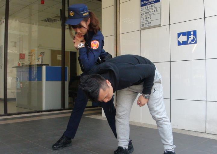 警察新制服明天登場,新北市保大有「警界梁詠琪」之稱的女警黃衣淳(左)希望能給民眾一個全新的感受。記者王長鼎/攝影