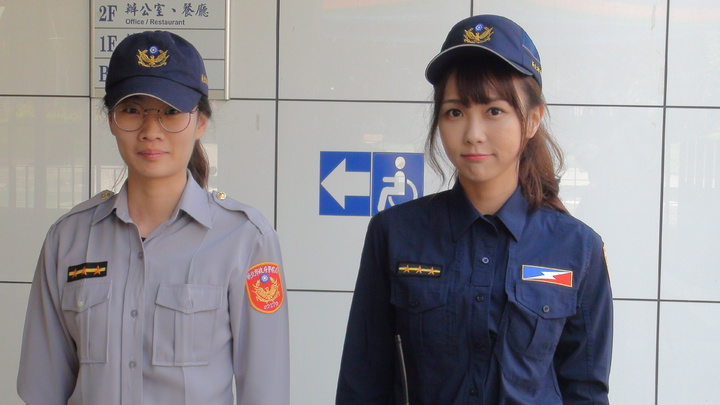 警察新制服明天登場,新北市保大有「警界梁詠琪」之稱的女警黃衣淳(右)希望能給民眾一個全新的感受。記者王長鼎/攝影