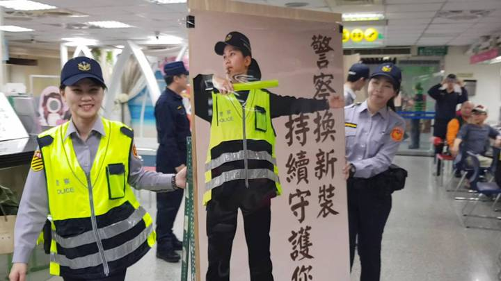 大安警分局安排各種宣傳活動,讓民眾認識警察新制服。圖/記者廖炳棋翻攝