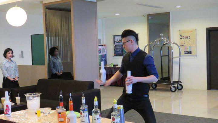 桃園萬能科技大學觀管學院,今揭牌成立國際競賽培訓中心,安排調酒隊金牌選手,表演花式調酒。記者張弘昌/攝影