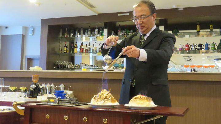 萬能科技大學觀管學院,今揭牌成立國際競賽培訓中心,現場示範製作世界馳名甜點火燒冰淇淋。記者張弘昌/攝影